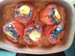 fertige gefüllte Paprika im Römertopf