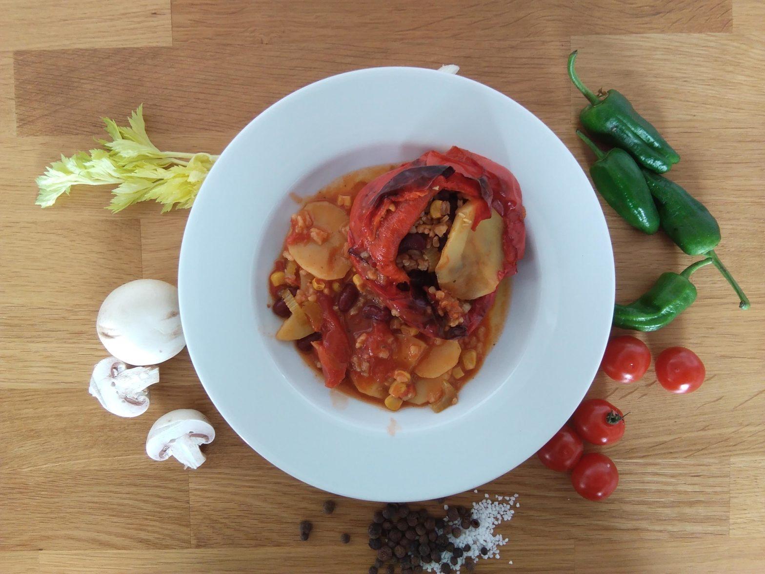 Teller mit gefüllter Paprika, Reis und Kartoffeln