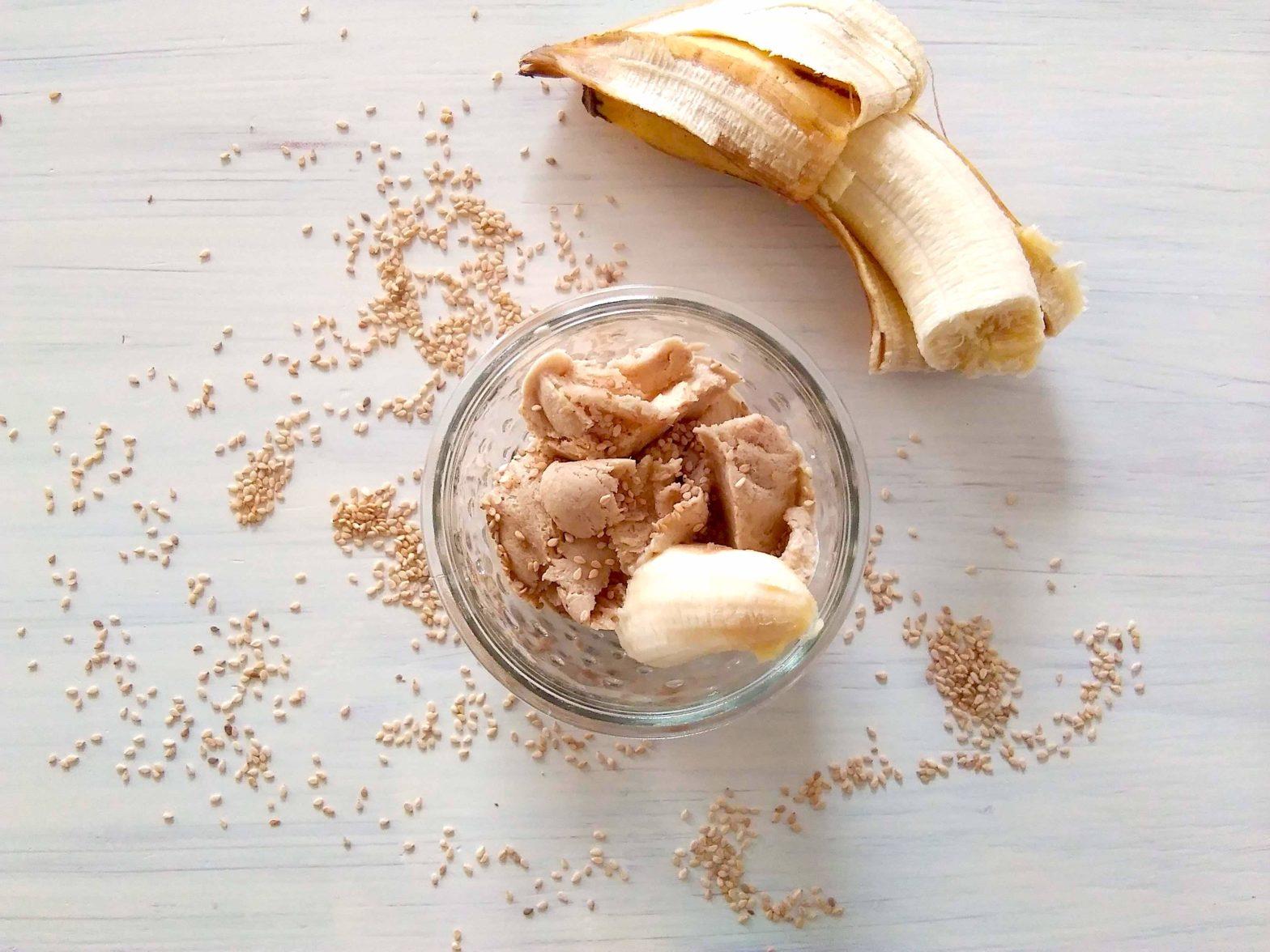 Bananen-Datteln-Tahini-Eis