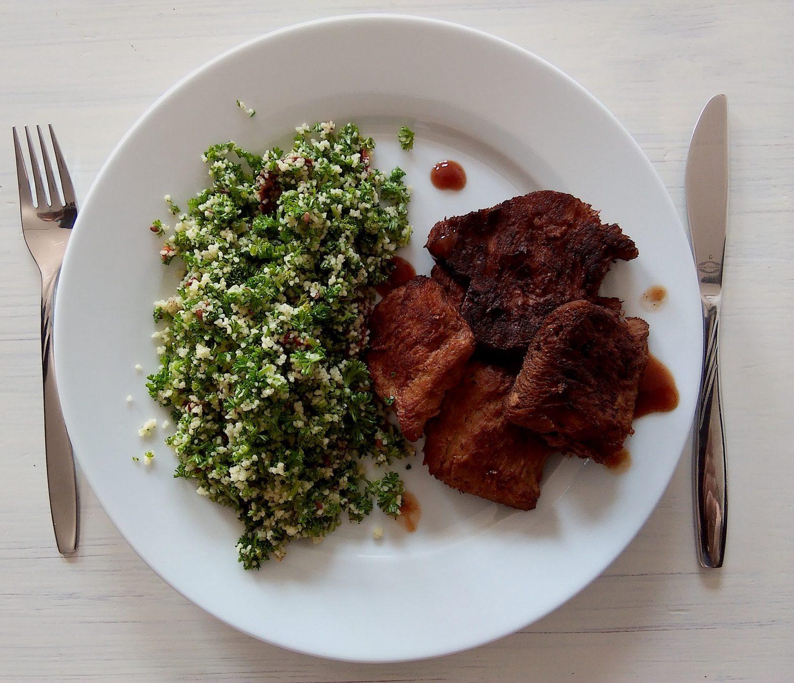 Vegane Sojaschnitzel mit Petersiliensalat