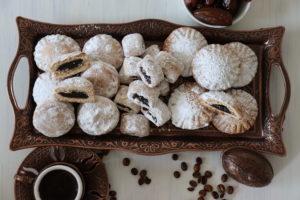 arabische Kekse mit Dattelfüllung und eine Kaffeetasse