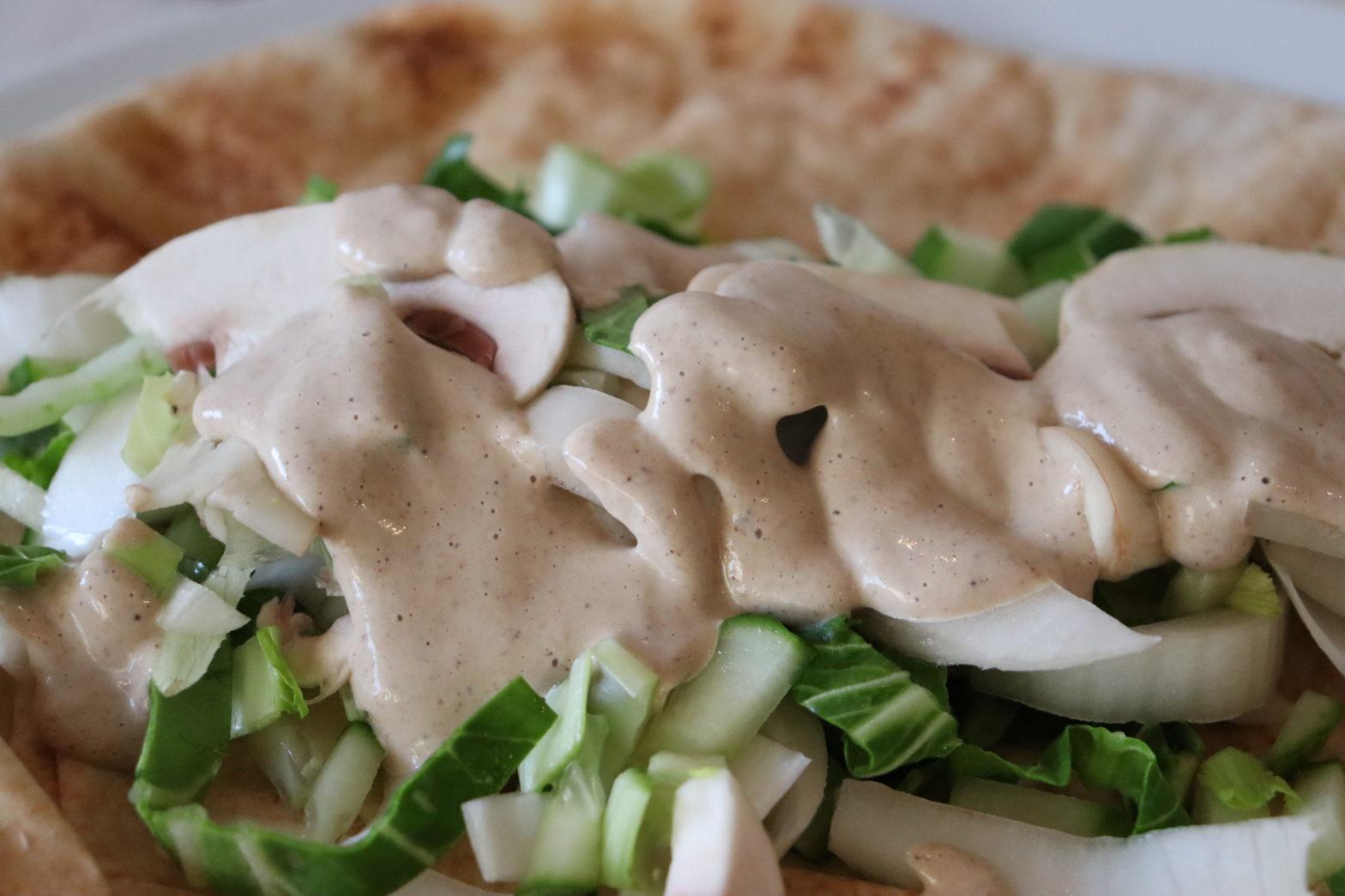 Tahinisauce auf Salat