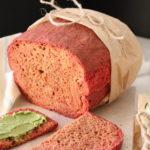 Rote Beete Brot mit Erbsenaufstrich