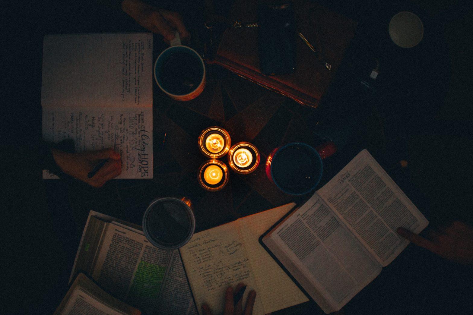 Lese und schreiben auf Kerzenlicht