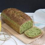 grünes Brot auf Schneidebrett