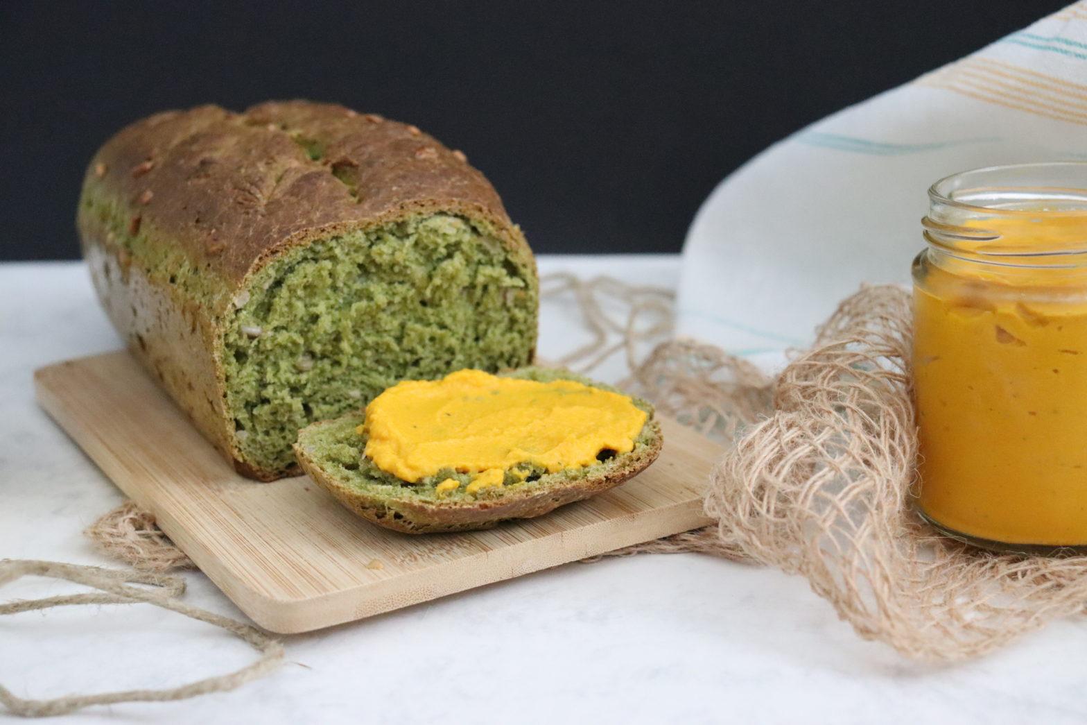 grünes Brot mit gelbem Aufstrich