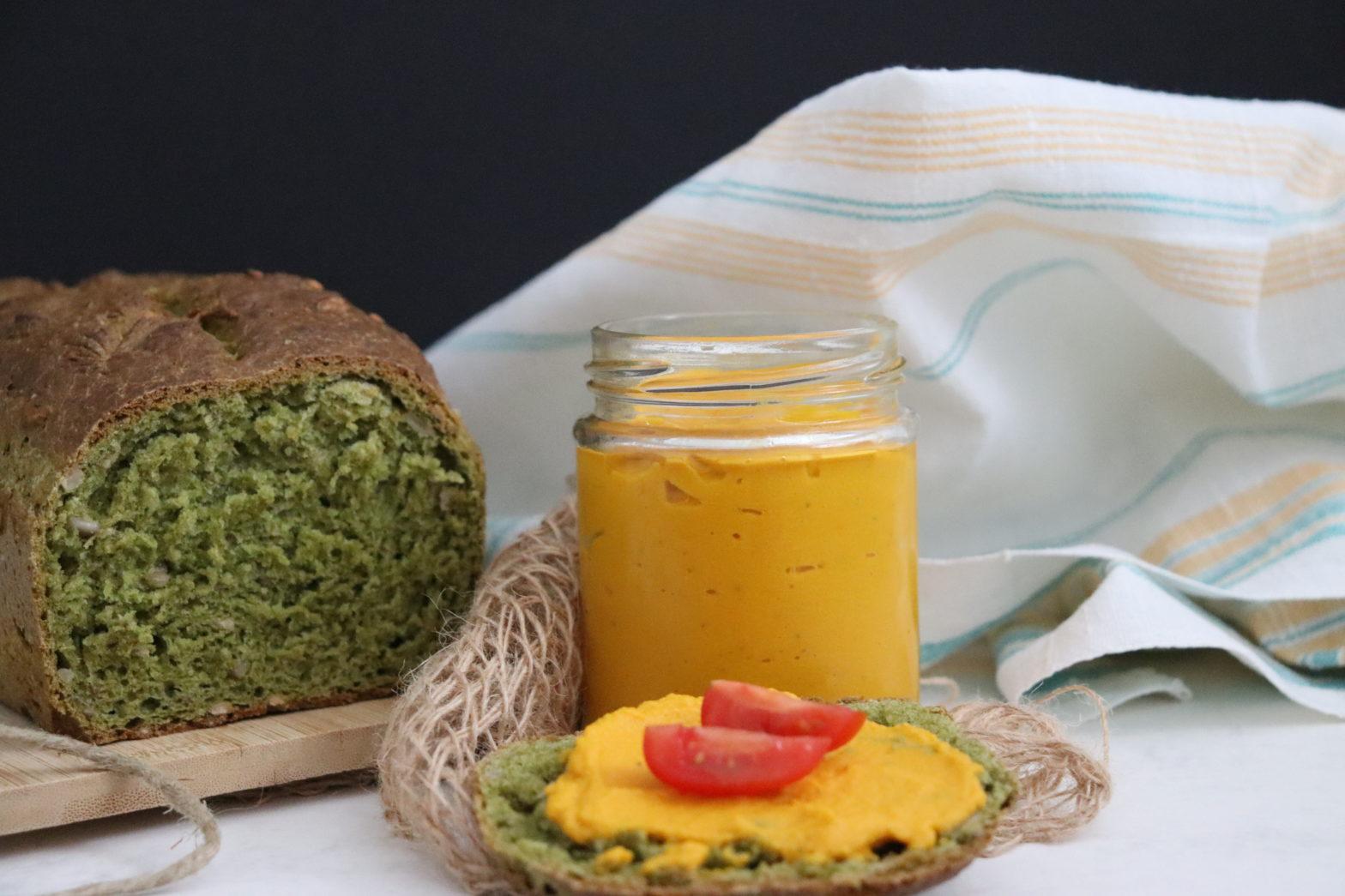 Spinatbrot mit veganer Karottenpaste