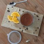 Mousse au Chocolat in einem Glas serviert mit Oragenscheiben