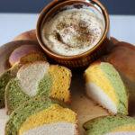 buntes Zopfbrot mit Schale Hummus