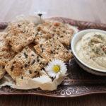 Sesamkräcker mit Schale Kichererbsenhummus