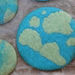 blauer Keks mit grünen Flecken