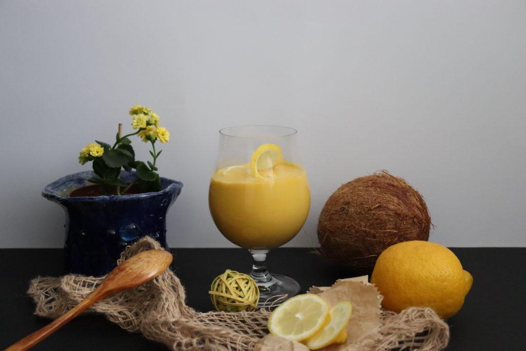 Ein Glas mit Mango-Kokosnussmilch Creme