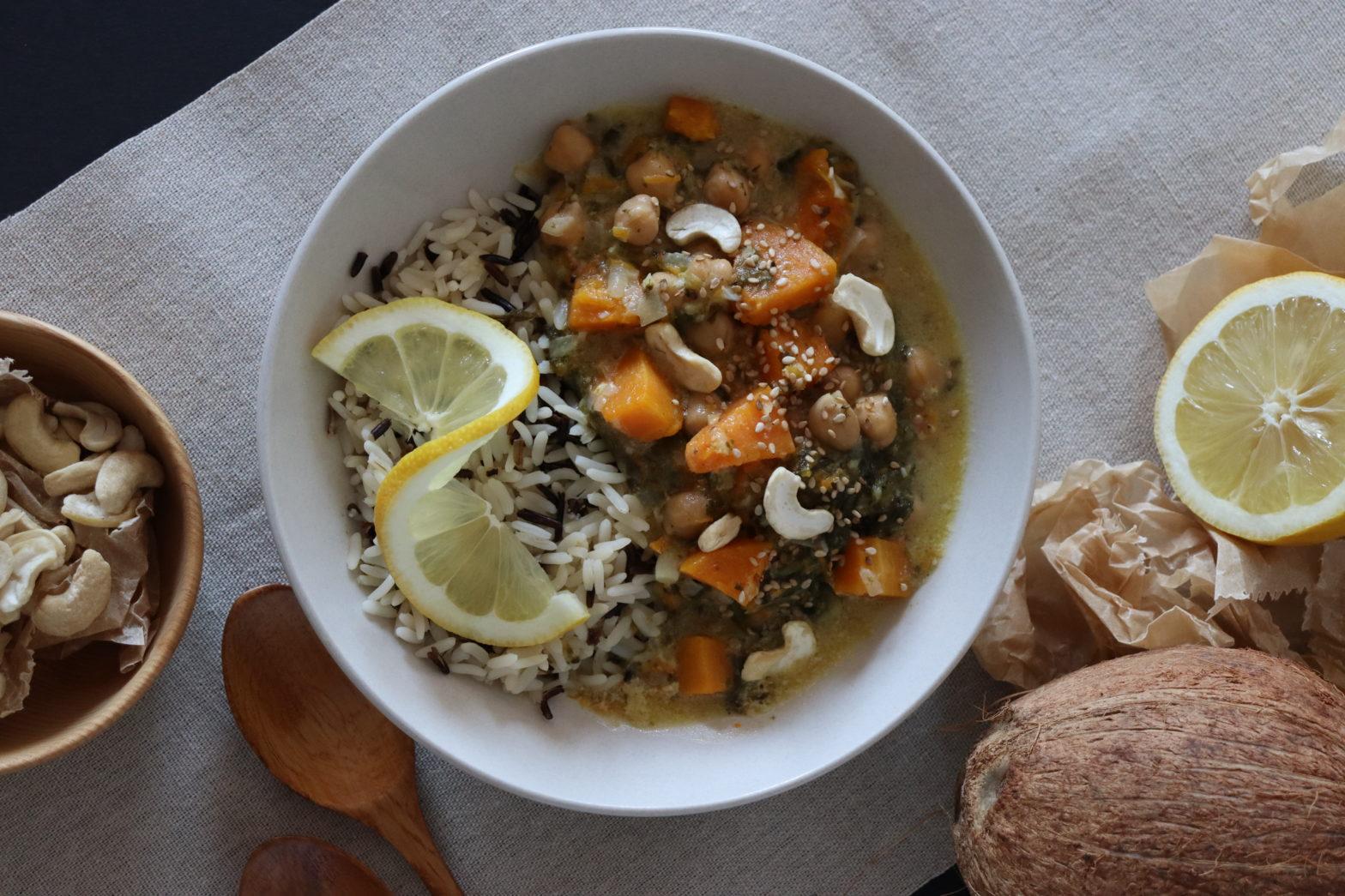 Teller voll mit Reis und KÜrbis-Kichererbsen Curry