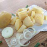 gewürfelte, gekochte Kartoffeln mit Zwiebelringe