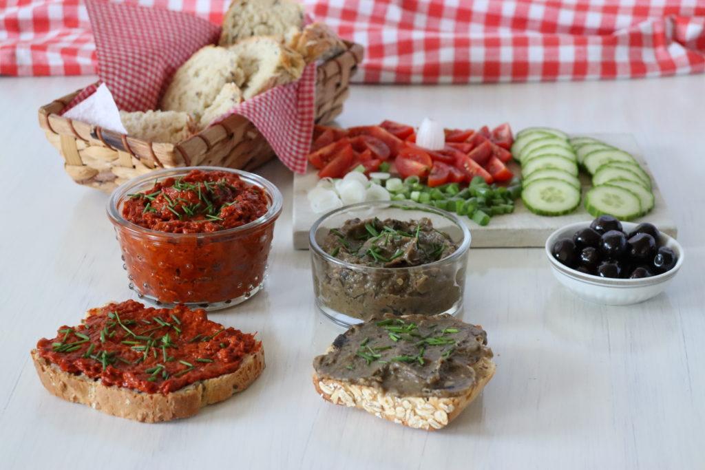 Paprika- und Auberginenaufstrich auf frisch gebackenes Brot