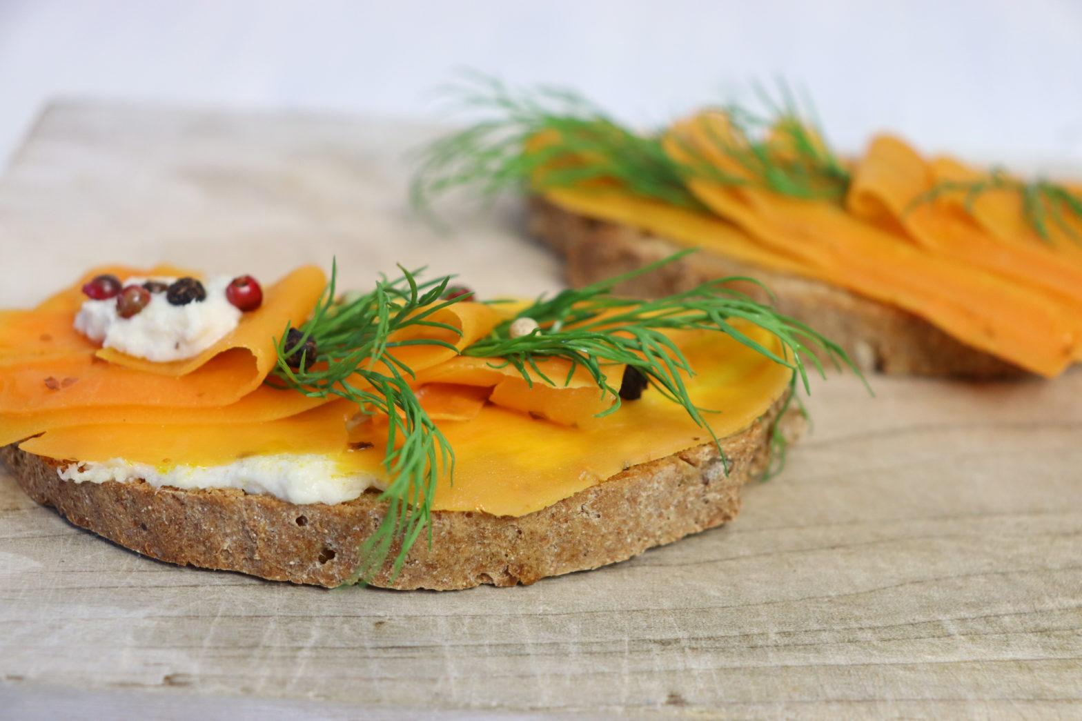 vegane Lachs auf frische Brotscheiben