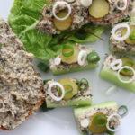 Teller mit einer Schnitte, Salatblatt und Staudensellerie belegt mit veganem Thunfischsalat