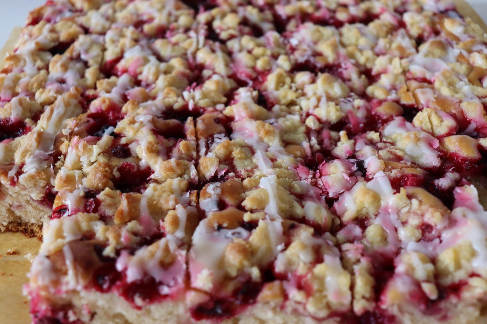Veganer Beeren-Streuselkuchen vom Blech