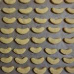 fertig geformte Vanille Kipferl auf einem Blech