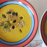 zwei Suppenschalen mit Zitronen-Linsensuppe mit Körner dekoriert