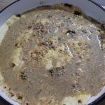 dünner Teig in einem Kuchenform begoßen mit einer veganen Walnussauce