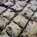 herzhafter Kuchen in Quadrate portioniert