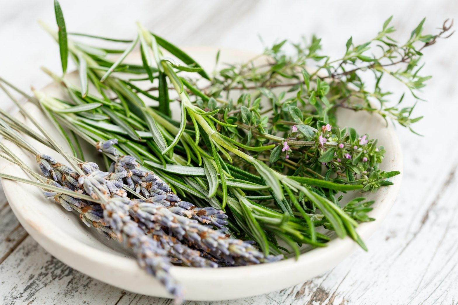 A bowl with rosemary, lavandel, Thyme